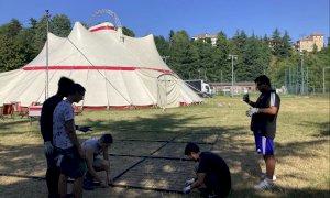Un'insegna luminosa creata dagli studenti cuneesi apre una settimana di grandi eventi a Zoè in città