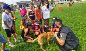 San Chiaffredo, bambini e ragazzi a lezione con l'unità cinofila