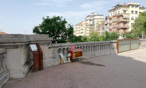 Via le erbacce dal memoriale dei partigiani fucilati alla stazione di Cuneo