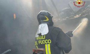 Incendio in un deposito di paglia e fieno a Clavesana, i Vigili del Fuoco al lavoro da ore