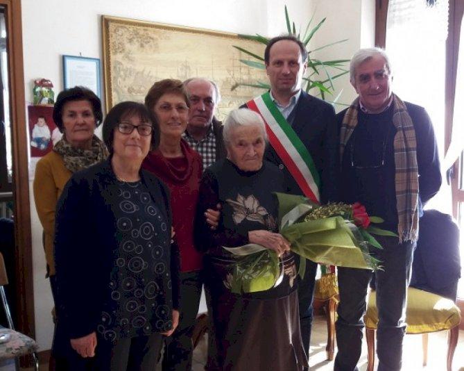 La signora Margherita Sordello con il sindaco Beretta e i parenti in occasione del suo centesimo compleanno