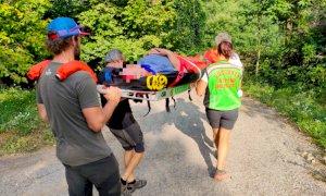 Bernezzo, gli fuoriesce la protesi all'anca mentre sta lavorando nei boschi: salvo grazie al Soccorso Alpino