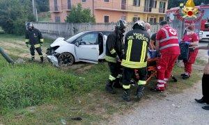 Esce di strada con l'auto a Baldissero d'Alba, liberato dai vigili del fuoco