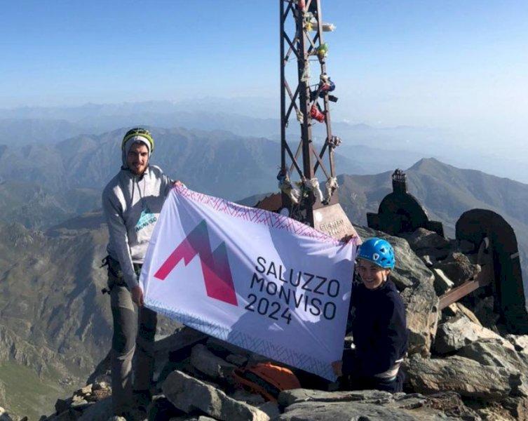 """La bandiera di """"Saluzzo Monviso 2024"""" sventola a 3.841 metri sulla cima del Re di Pietra"""