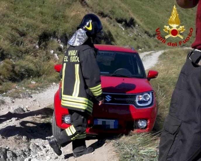 L'auto si blocca sulla Strada dei Cannoni: intervengono i pompieri