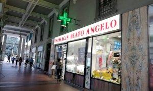 Due condanne in un giorno per il pregiudicato che sfondò la vetrina di una farmacia di Cuneo