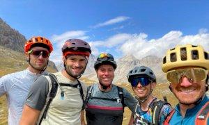 La vacanza alternativa di cinque sportivi: 217 chilometri su e giù per le valli in sella a una mountain bike
