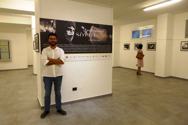 """In una mostra fotografica il mondo degli """"invisibili"""" di Cuneo"""