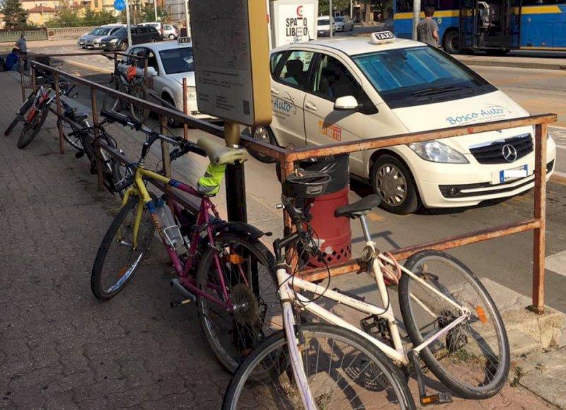 Cuneo, bici e monopattini lasciati fuori dalle rastrelliere saranno rimossi
