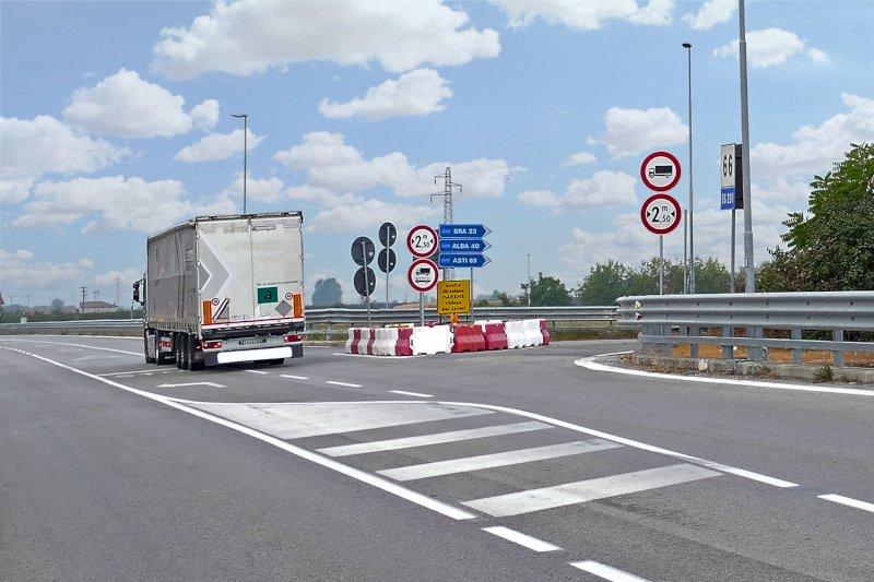 """""""Lavori infiniti, strade che mancano: per i camionisti è dura rispettare i tempi di guida e riposo"""""""