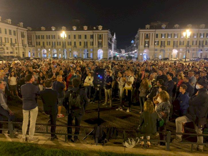 """Cuneo, centinaia di persone in piazza Galimberti per Fusaro: """"Se hai dubbi vieni tacciato di complottismo"""""""
