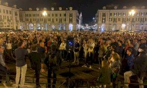 Cuneo, centinaia di persone in piazza Galimberti per Fusaro: