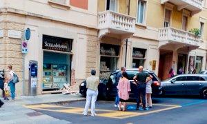 Perde il controllo dell'auto e finisce contro la vetrina di una libreria