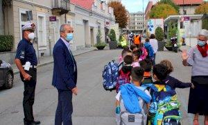 """Bra, tutti gli studenti della """"Montalcini"""" a scuola con il Pedibus"""