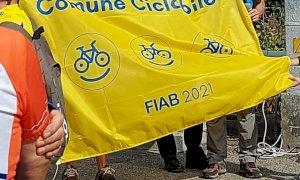 """Alba, consegnata la bandiera """"Comune Ciclabile"""" della Fiab"""