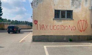 """Ora i no vax rivendicano gli atti vandalici: """"Altro che qualche cimitero, saremo ovunque"""""""