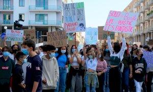 I giovani tornano in piazza a manifestare per l'ambiente: in 600 al Fridays For Future di Cuneo (FOTO)