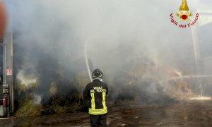 Brucia un fienile a Centallo, intervento in forze dei vigili del fuoco