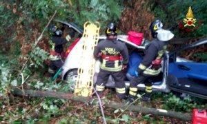 Auto precipita in una scarpata a Fossano: tre persone coinvolte
