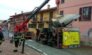 L'intervento dell'autogru per recuperare il camion ribaltato ieri a Margarita (VIDEO)