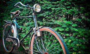 Rubò la bici a un'anziana di Savigliano, lo fermano con arnesi da scasso nel cestino