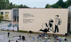 Inaugurato un suggestivo murales sulla facciata del Polo scolastico di Mondovì Piazza