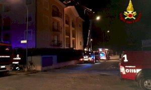 Brucia il tetto di un condominio a Savigliano, notte di lavoro per i vigili del fuoco