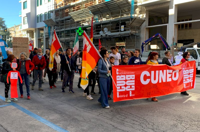 """Cuneo, la piazza contro il 'Governo dei padroni' si divide in due: """"Fuori i fascisti dal corteo"""""""