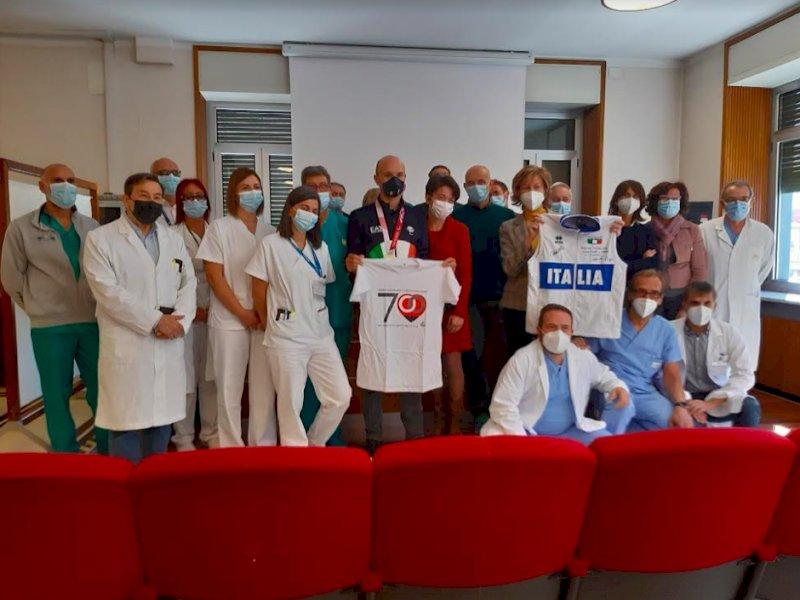 Dopo la medaglia d'oro alle Paralimpiadi Diego Colombari è tornato nell'ospedale dove è stato curato (VIDEO)