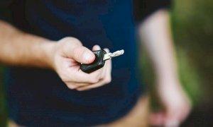 """Acquista un'auto usata e denuncia il concessionario per truffa: """"Non frena"""""""