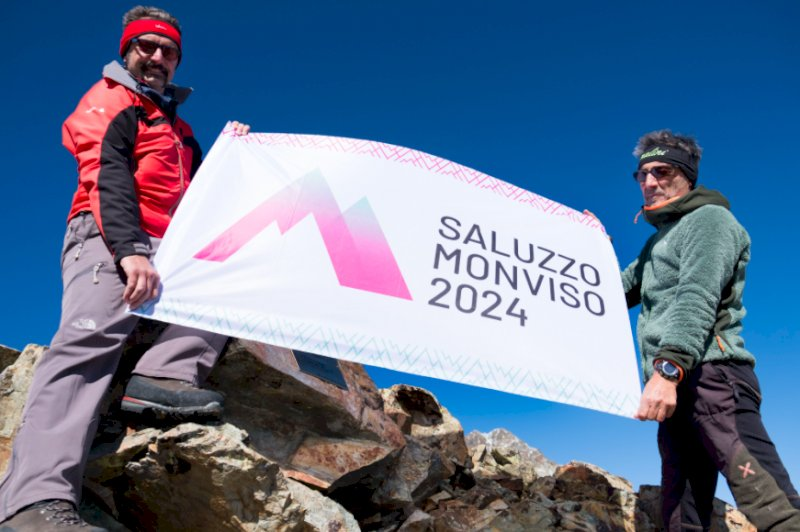 A 3.166 metri d'altezza per posare una targa dedicata a Dante Alighieri nei 700 anni dalla scomparsa