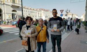 A Cuneo i Radicali hanno distribuito preservativi agli studenti alle fermate dei bus