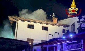 Incendio a Dogliani, va a fuoco il tetto di una palazzina: evacuata una famiglia