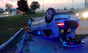 Auto si ribalta sulla Cuneo-Mondovì, solo ferite lievi per il conducente