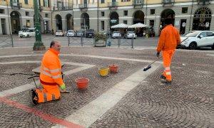 """Piazza Galimberti si rifà """"il vestito"""": in corso la sostituzione dei cubetti di porfido"""