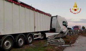 Autoarticolato contro il guardrail sulla Bovesana: nessun ferito