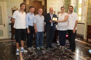 Il sindaco Maurizio Marello ha consegnato una targa a Paola Cagnazzo